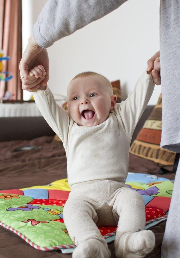 sitta barnvakt upp fotografering för bildbyråer