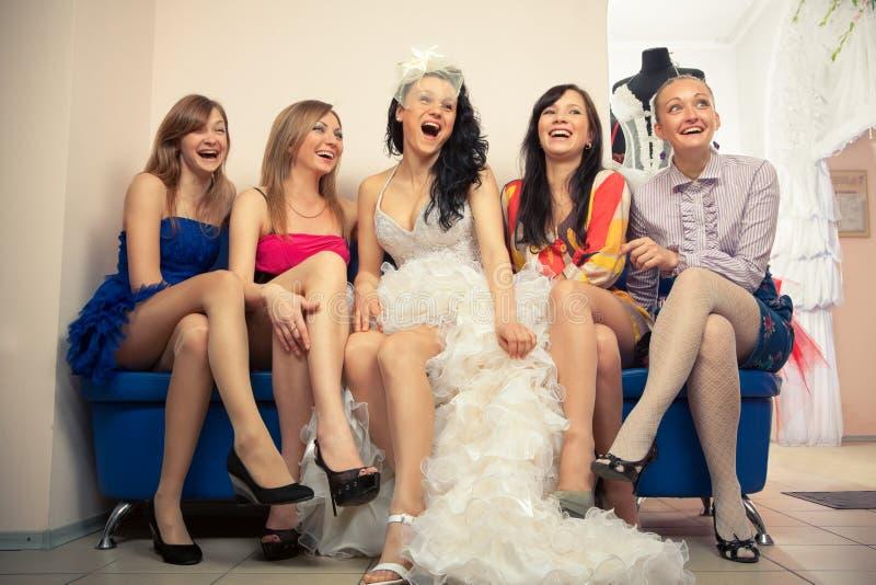 sitta för brudflickvänner royaltyfria foton