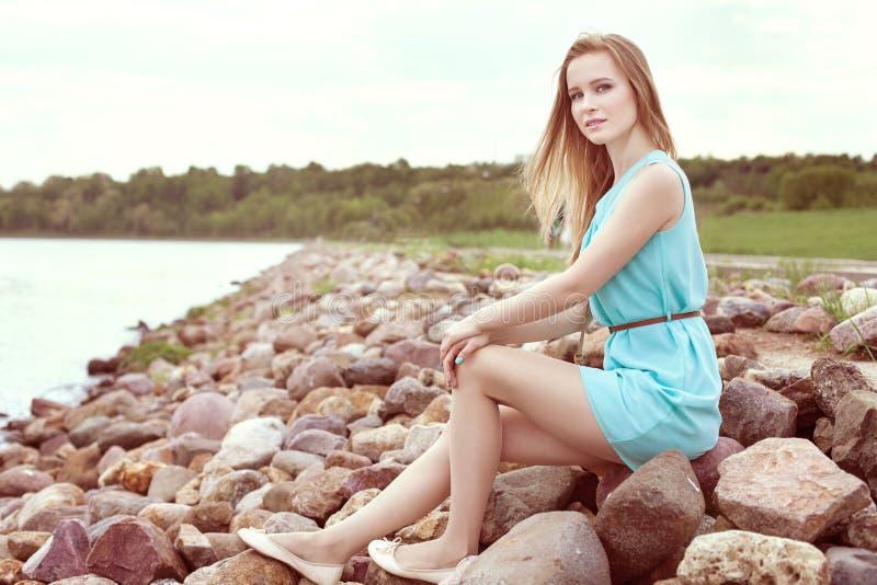 sitta för flickarocks royaltyfri fotografi