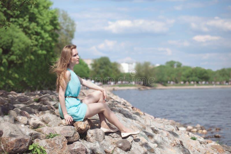 sitta för flickarocks fotografering för bildbyråer