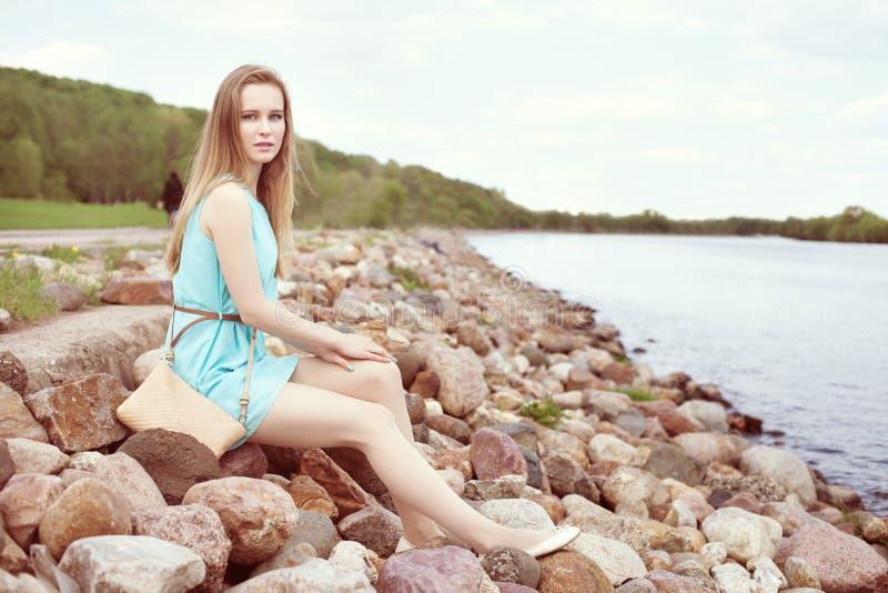 sitta för flickarocks arkivfoton