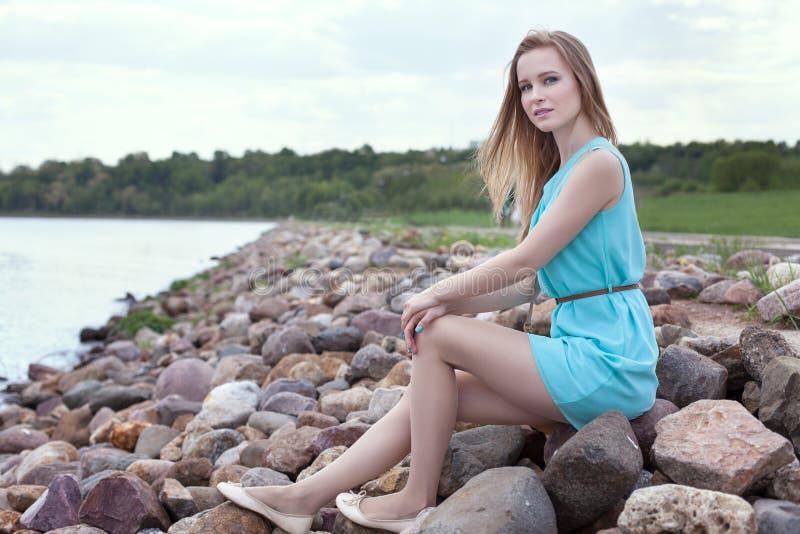 sitta för flickarocks arkivfoto
