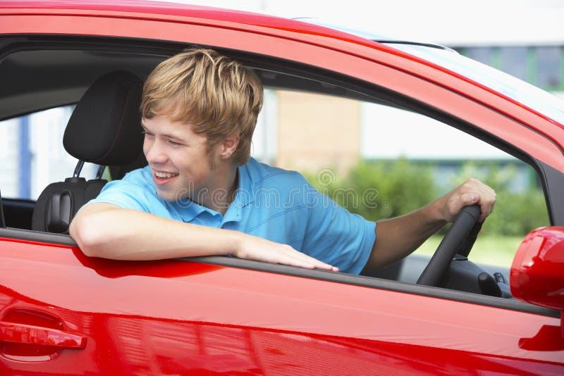 sitta för pojkebil som är tonårs- royaltyfri foto