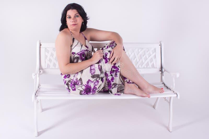 Sitta på en bänk. royaltyfri bild