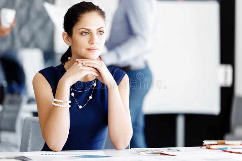sittande arbetare för attraktivt skrivbordkontor fotografering för bildbyråer