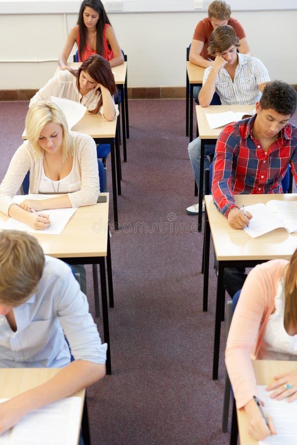 sittande deltagare för examen royaltyfri bild