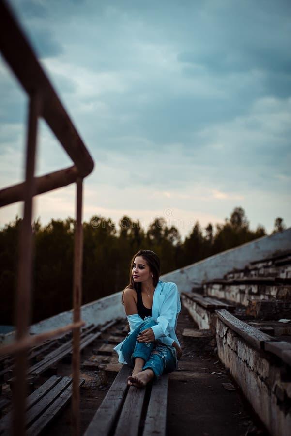 Sittande drömma för kvinna och koppla av Solnedgång Sommar utomhus- arkivfoton