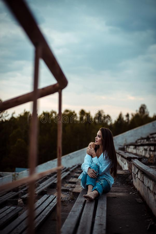 Sittande drömma för kvinna och koppla av Solnedgång Sommar utomhus- arkivbilder