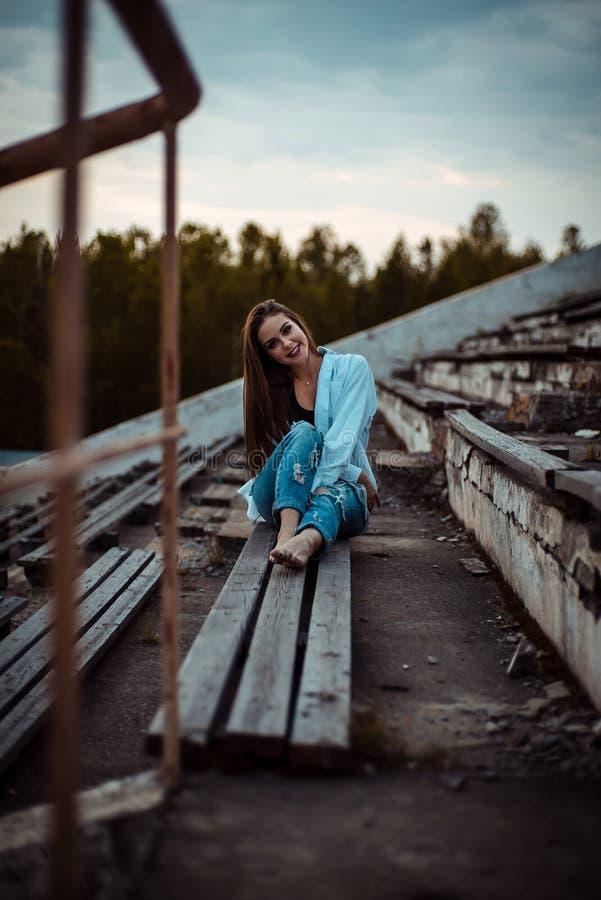 Sittande drömma för kvinna och koppla av Solnedgång Sommar utomhus- fotografering för bildbyråer