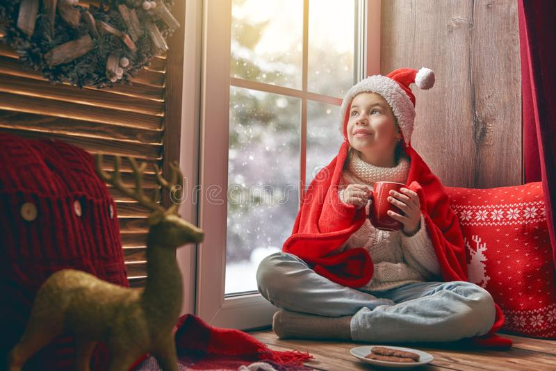 sittande fönster för flicka royaltyfri bild