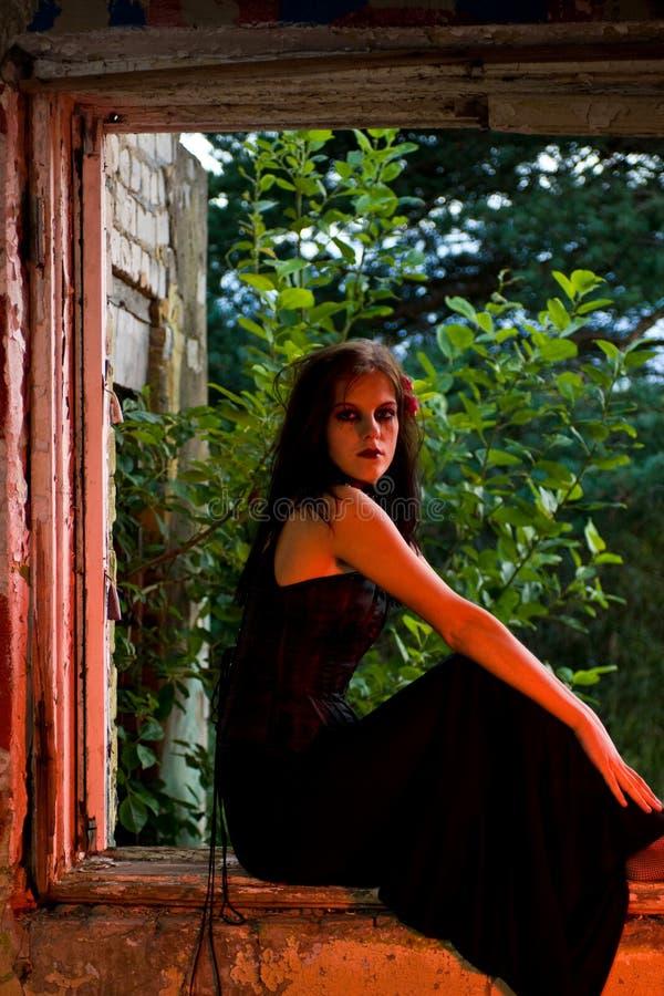 sittande fönster för flickagoth royaltyfri foto
