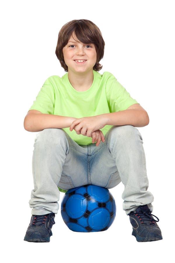 sittande fotboll för förtjusande barn för boll blått royaltyfri fotografi