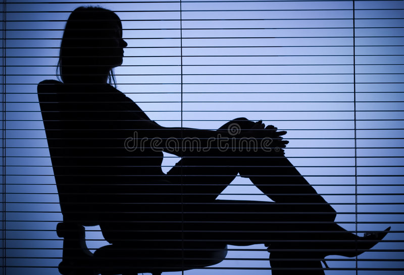 sittande kvinna för blind kontorssilhouette arkivbilder
