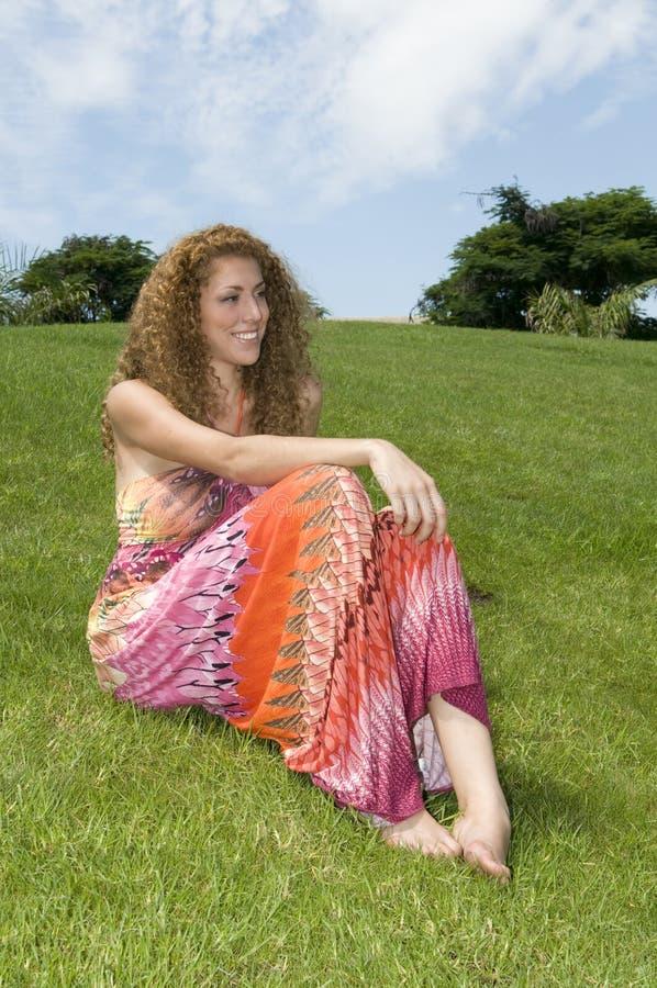 sittande kvinna för gräs royaltyfria foton