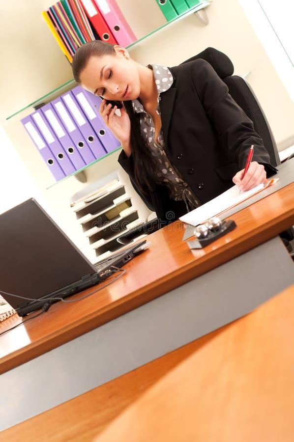 sittande kvinna för kontor fotografering för bildbyråer