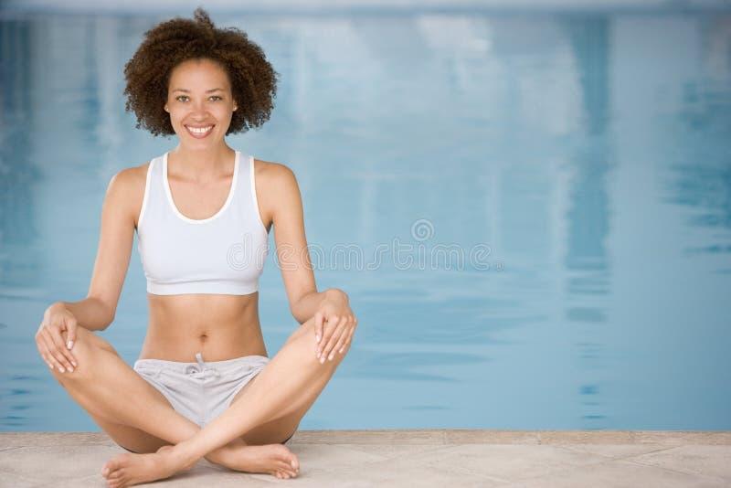 sittande kvinna för poolside royaltyfri fotografi