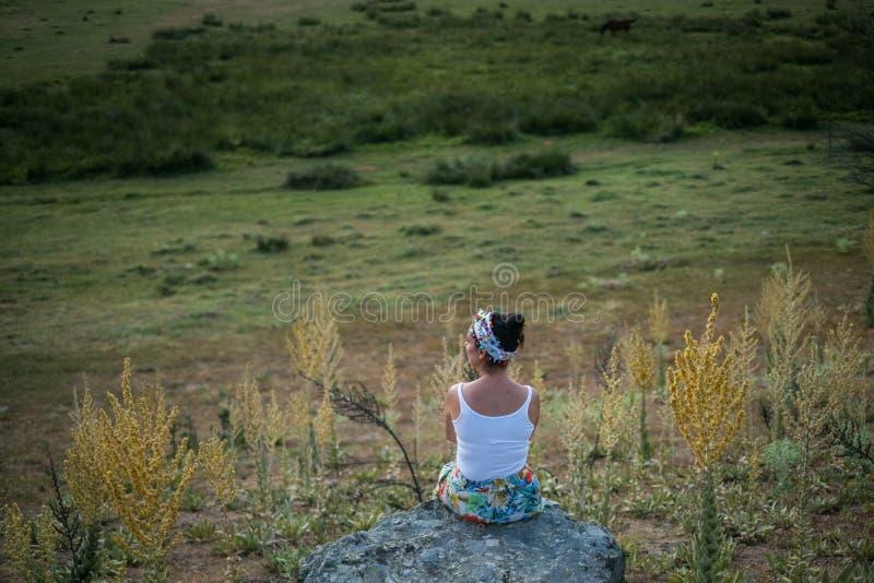 sittande kvinna för rock arkivbilder