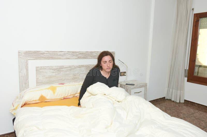 sittande kvinna för underlag Trött kvinnadoesn & x27; t önskar att få upp royaltyfri foto