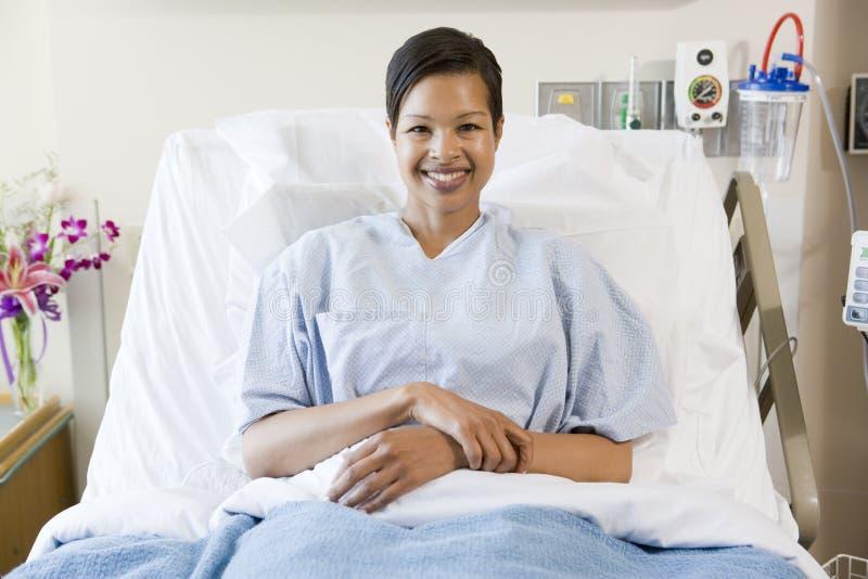 sittande kvinna för underlagsjukhus arkivfoto