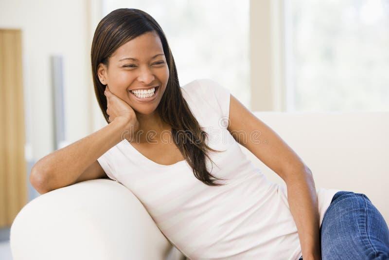 sittande kvinna för vardagsrum arkivfoton