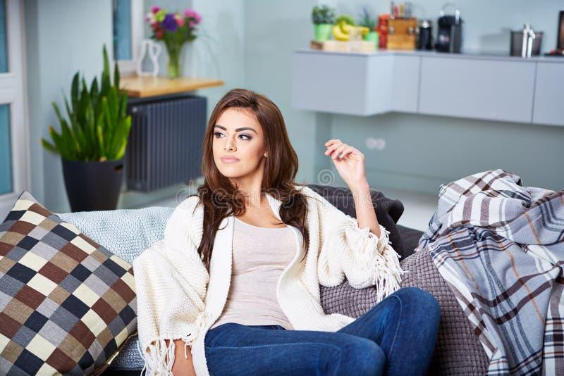 sittande kvinnabarn för soffa arkivbilder