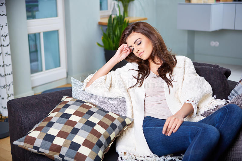 sittande kvinnabarn för soffa royaltyfria foton