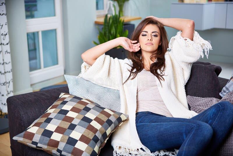 sittande kvinnabarn för soffa arkivfoto