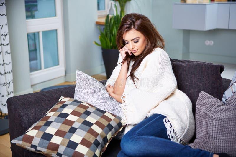 sittande kvinnabarn för soffa fotografering för bildbyråer
