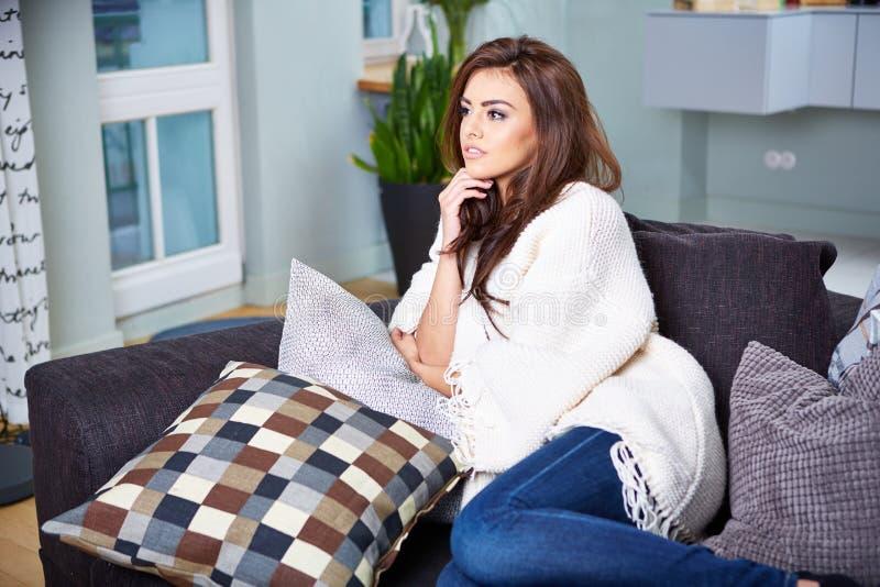 sittande kvinnabarn för soffa royaltyfria bilder