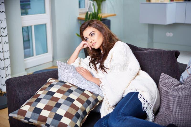 sittande kvinnabarn för soffa royaltyfri foto