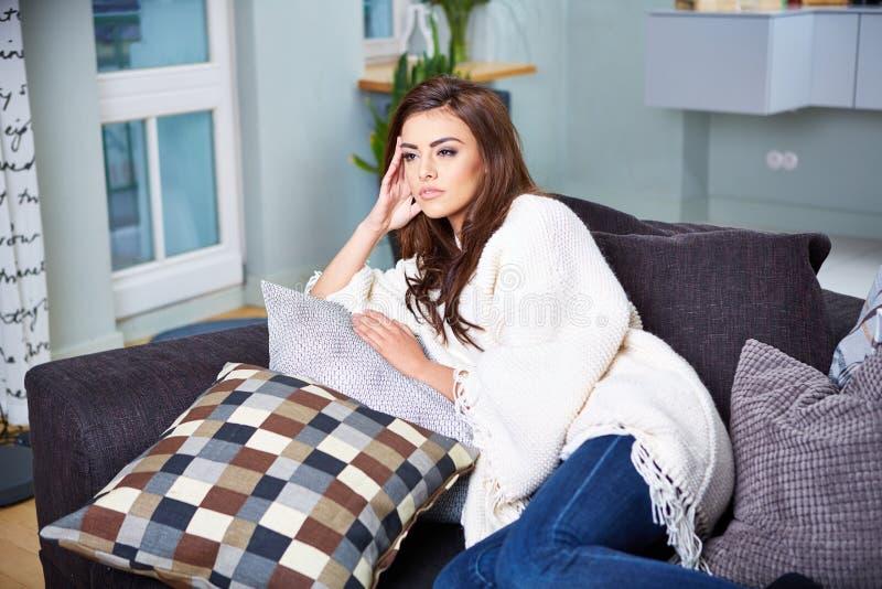 sittande kvinnabarn för soffa arkivfoton