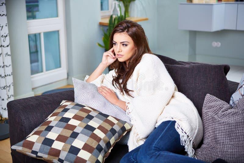 sittande kvinnabarn för soffa royaltyfri bild