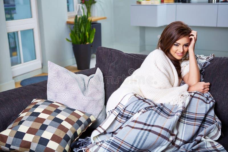 sittande kvinnabarn för soffa royaltyfri fotografi