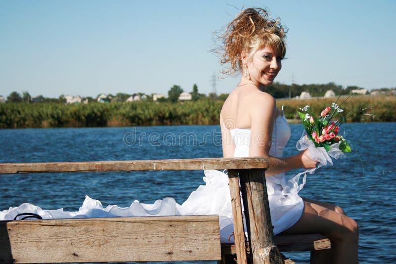 sittande le för härlig brudbro arkivbilder