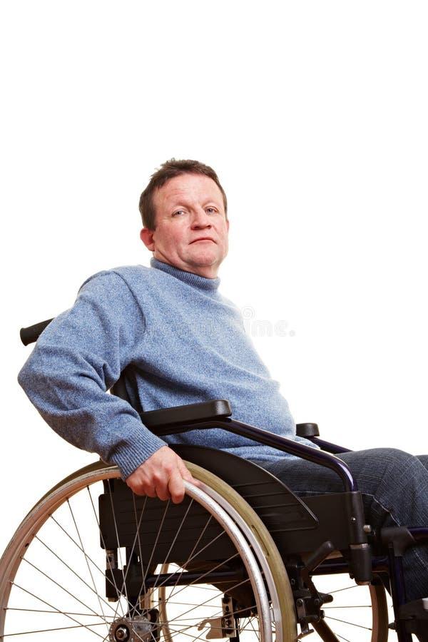 sittande rullstol för gammalare man arkivbild