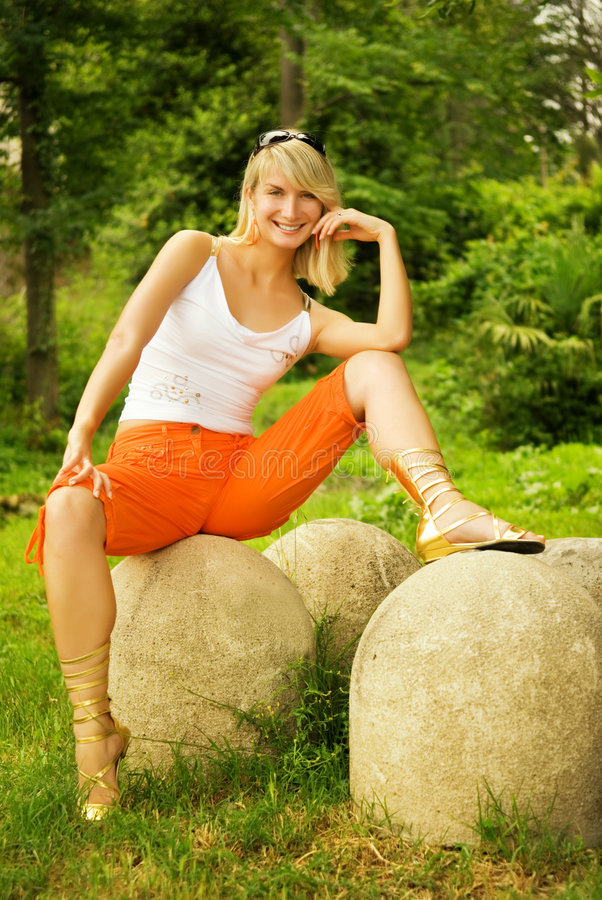 sittande stenkvinna arkivfoton
