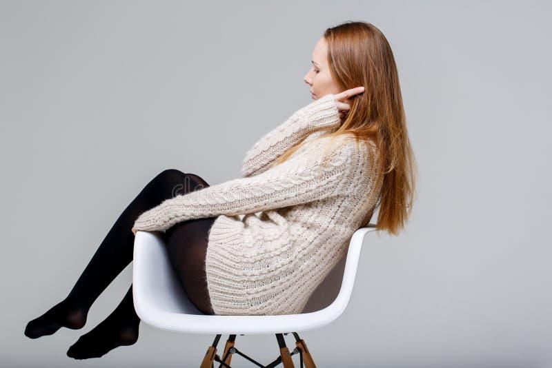 sittande studiobarn för flicka arkivfoto