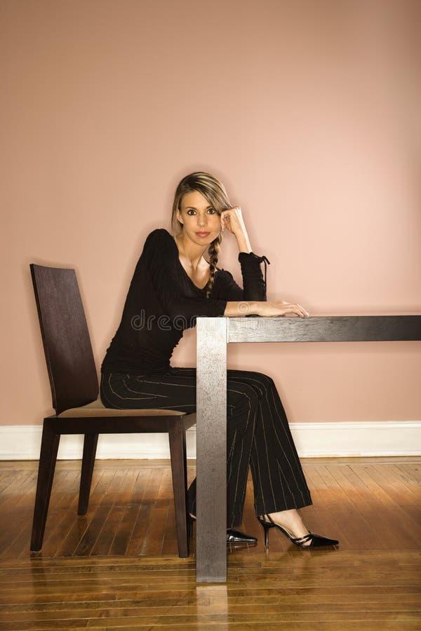 sittande tabellbarn för attraktiv affärskvinna arkivfoton