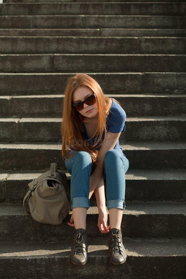 sittande trappa för påseflicka royaltyfri bild