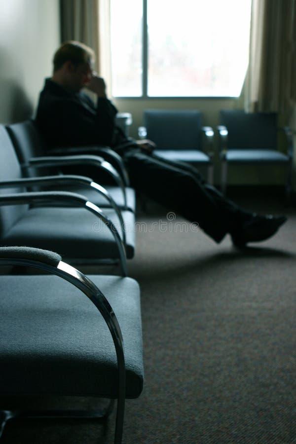 sittande vänta arkivfoto