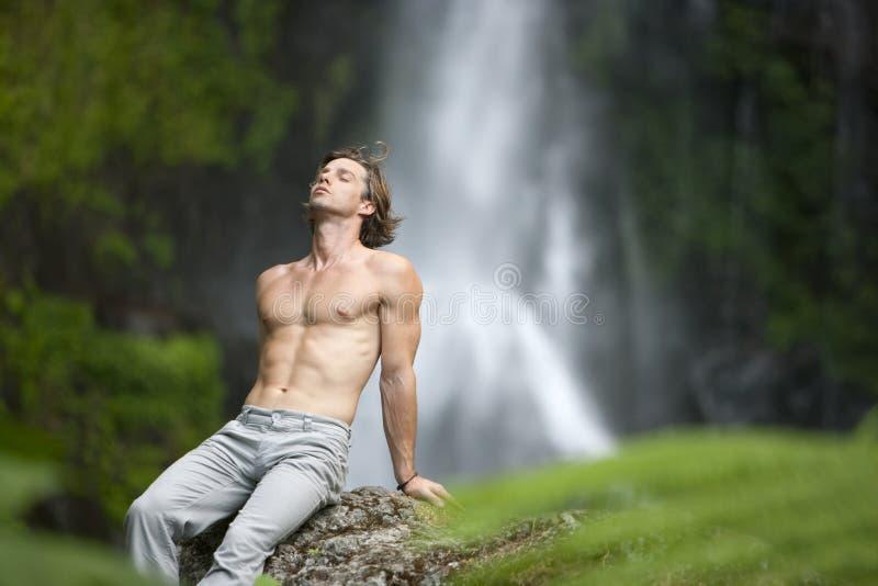 sittande vattenfall för man arkivbilder