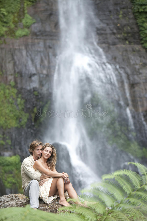 sittande vattenfall för par fotografering för bildbyråer