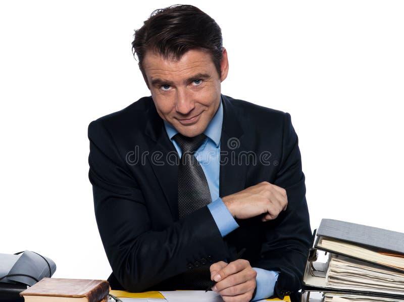 sittande writing för affärsmanskrivbordman arkivfoto