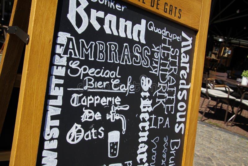 SITTARD, PAÍSES BAIXOS - JUIN 29 2019: Feche acima do menu escrito mão na placa de giz preta do restaurante do durch foto de stock royalty free