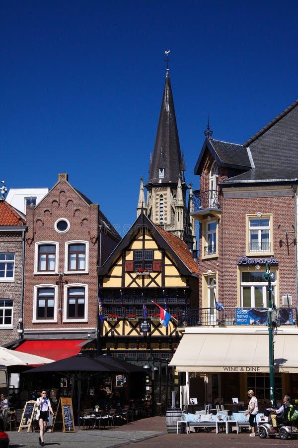 SITTARD SOM ÄR NEDERLÄNDSK - JUIN 29 2019: Sikt på medeltida hus mot blå himmel på marknadsstället royaltyfri fotografi
