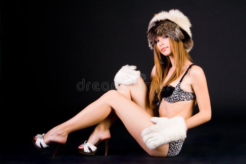 Sitted Mädchen im Bikini lizenzfreie stockfotos