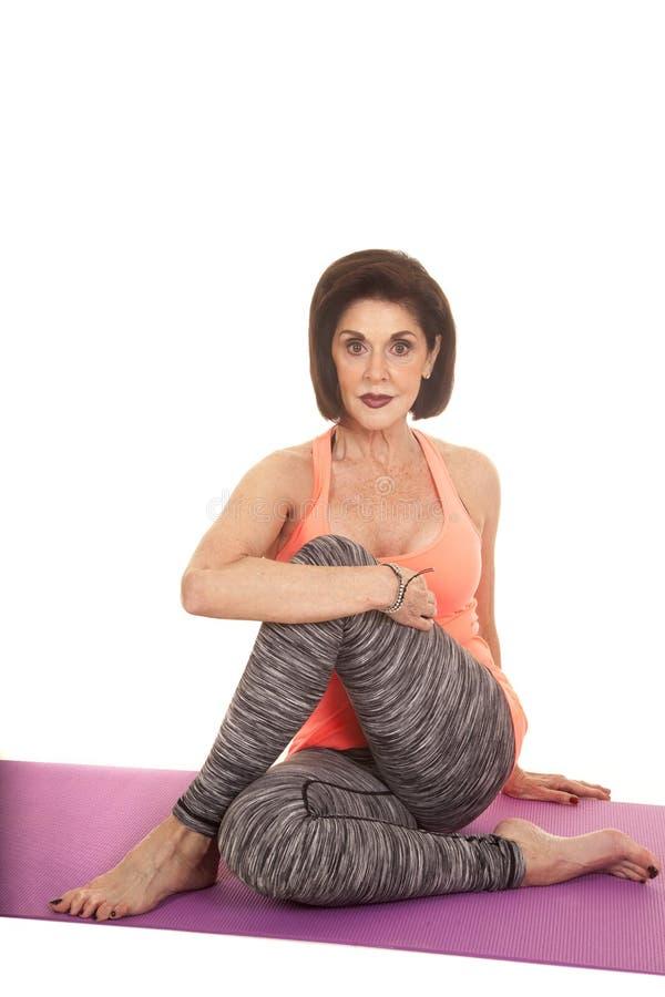 Sitter orange ärmlös tröja för kvinnan elasticitetsknäet arkivbild