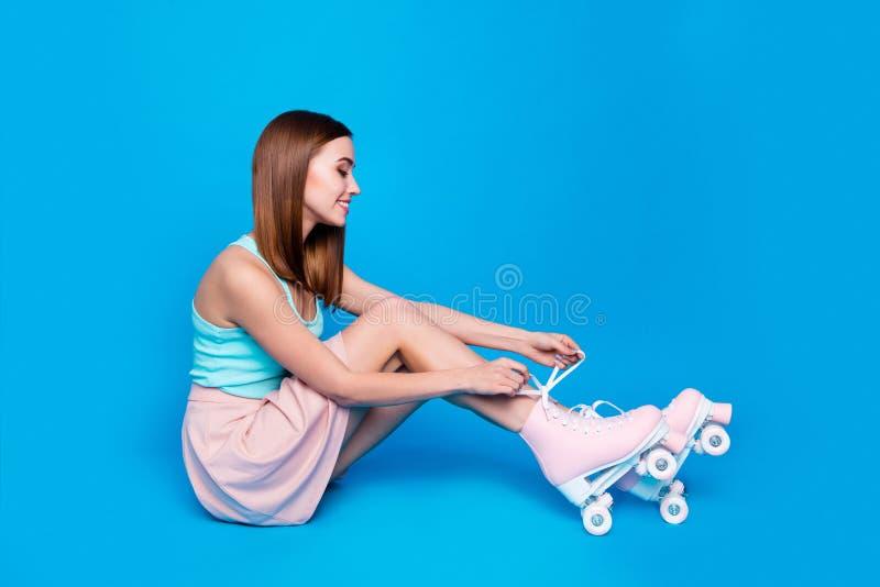 Sitter roligt härligt för fullt för längdsidoprofil för kropp foto för format golvet henne hennes rullar för bandet för damblickh royaltyfri foto