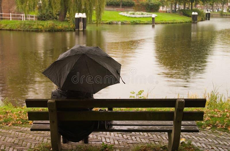 Sittin nella pioggia fotografie stock libere da diritti