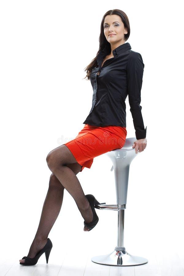 Sittin van de vrouw op staafstoel stock fotografie